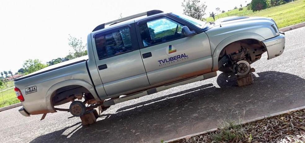 Carro da reportagem teve os pneus furados durante o ataque. — Foto: Arquivo Pessoal/Adriano Baracho