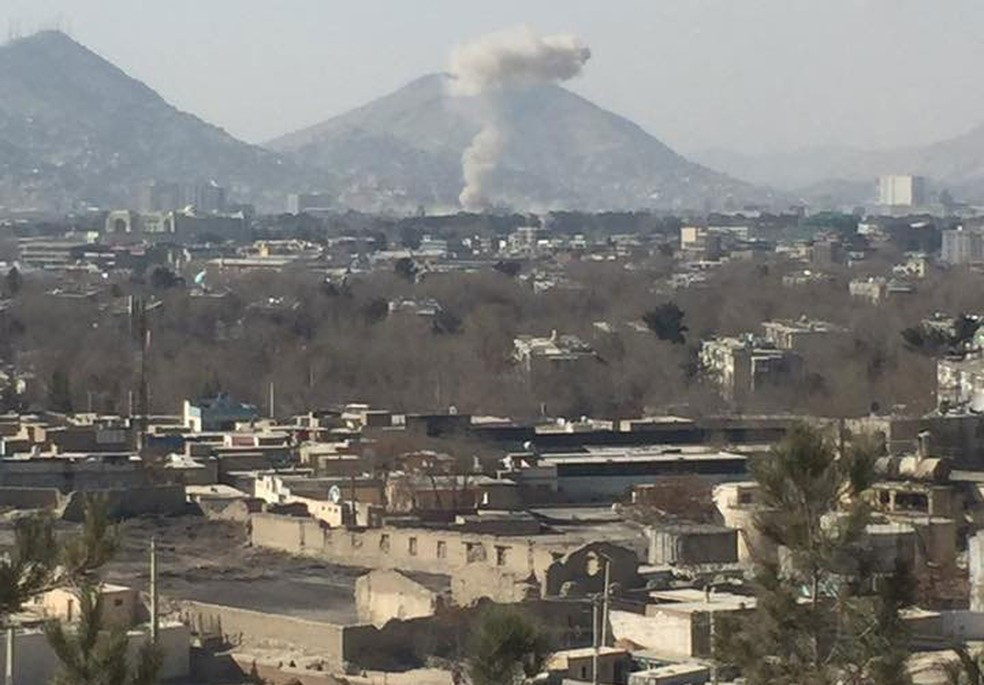 Fumaça é vista à distância após explosão de carro-bomba em Cabul, no Afeganistão, neste sábado (27) (Foto:  Naweed Ahmad Shakoori via Reuters )