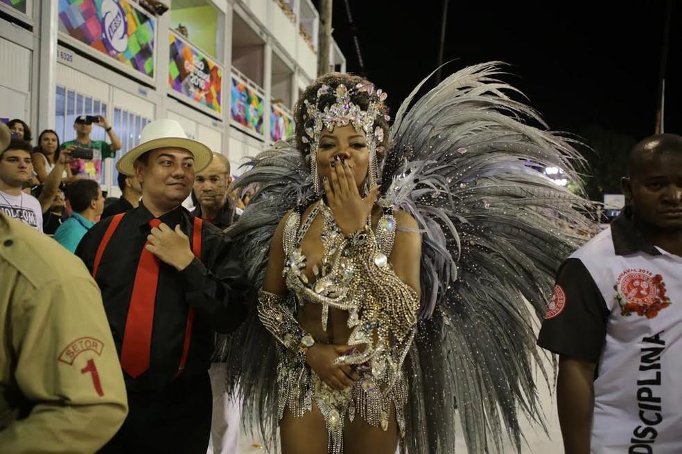 """A cantora Ludmilla cantou seu sucesso """"Hoje"""" no aquecimento, antes do desfile da Salgueiro  (Foto: Rodrigo Gorosito/G1)"""