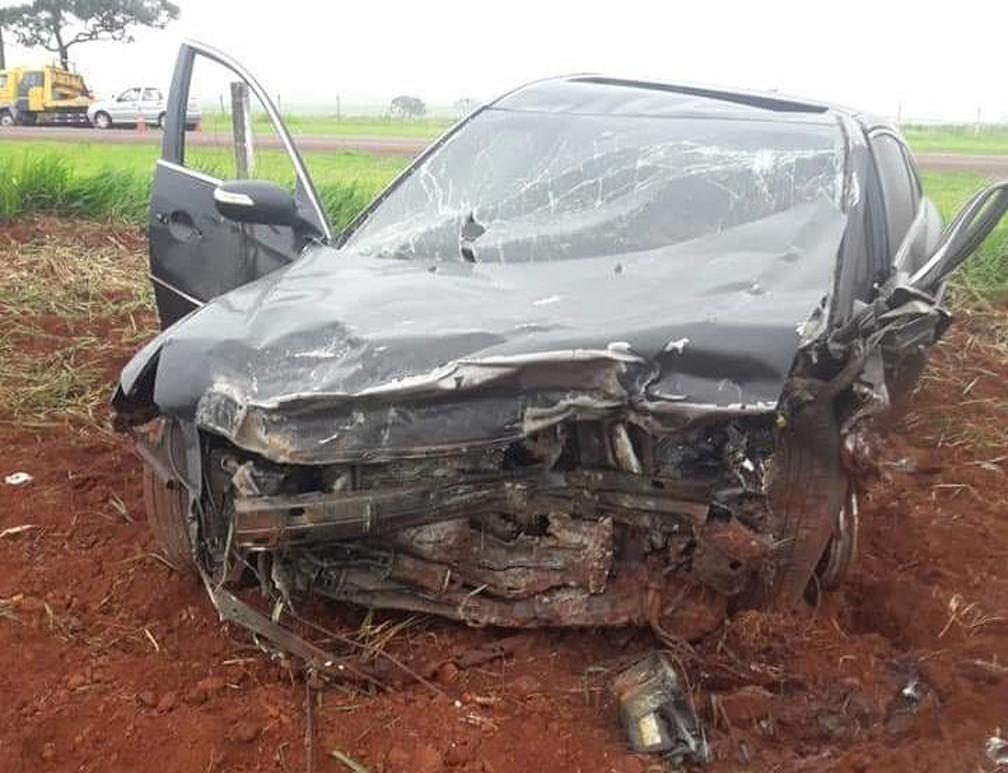 Carro ficou destruído após acidente na SP-215 em Santa Cruz das Palmeiras — Foto: Arquivo Pessoal