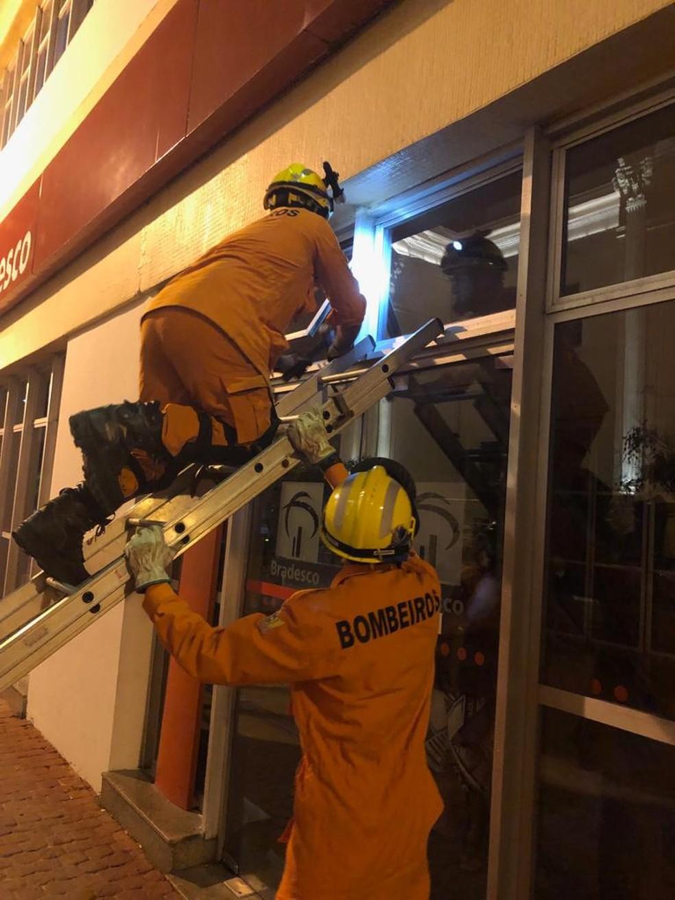 Bombeiros entraram pela janela para resgatar homem e criança presos dentro de agência bancária em Maceió — Foto: Divulgação/Corpo de Bombeiros de Alagoas