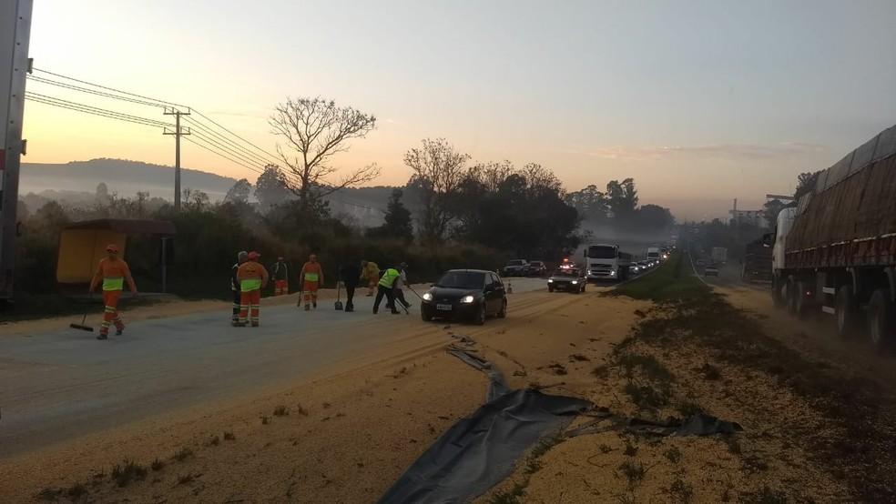 Bitrem tombou e derramou a carga de milho na rodovia (Foto: Vanessa Rumor/RPC)