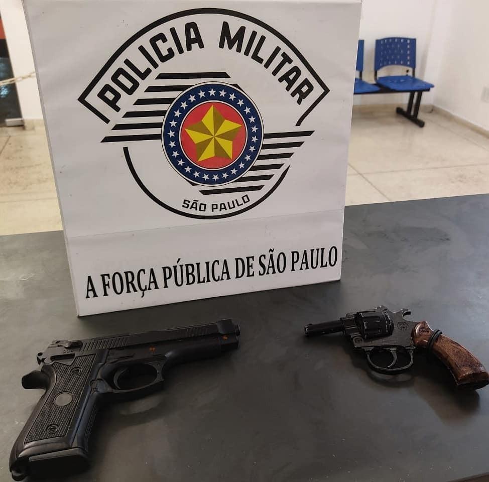 Polícia apreende dois simulacros de arma de fogo em Santos, SP