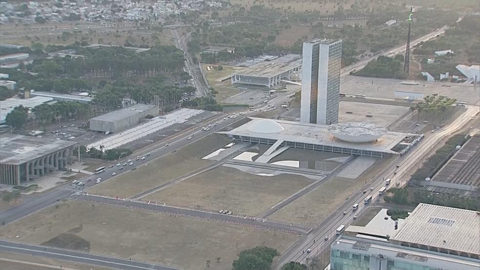 Imagem aérea da Alameda das Bandeiras, fechada por cones (Foto: TV Globo/Reprodução)