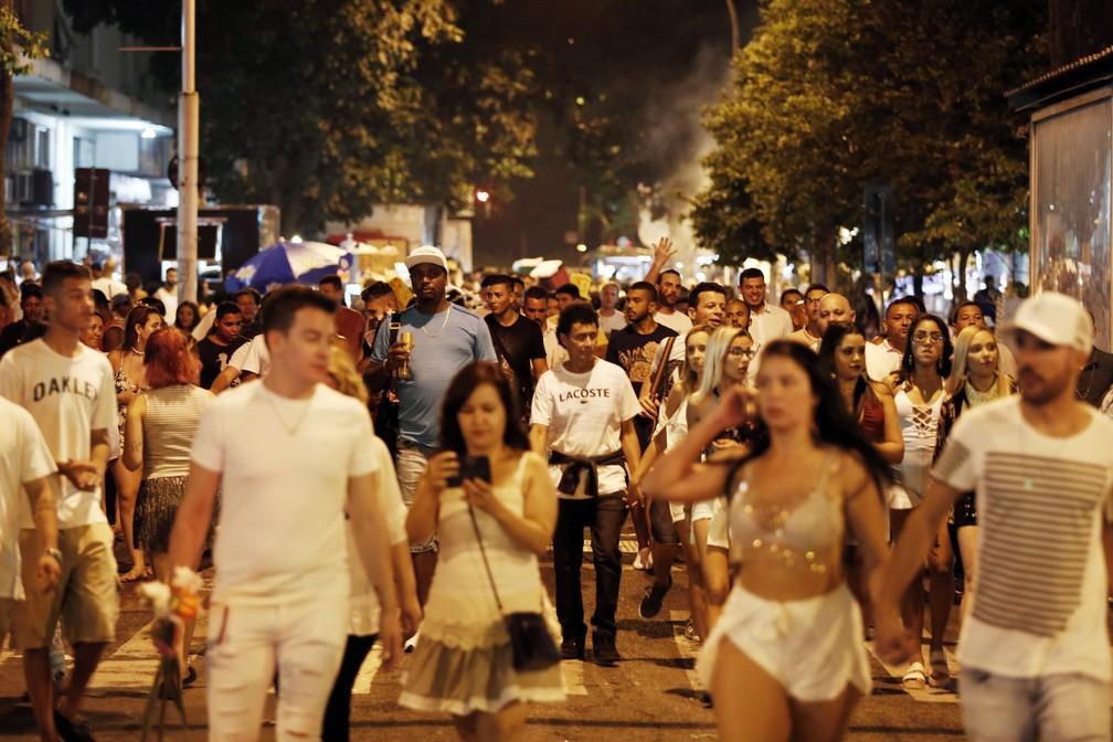 Público chegando para a festa em Copacabana (Foto: Marcos Serra Lima / G1)