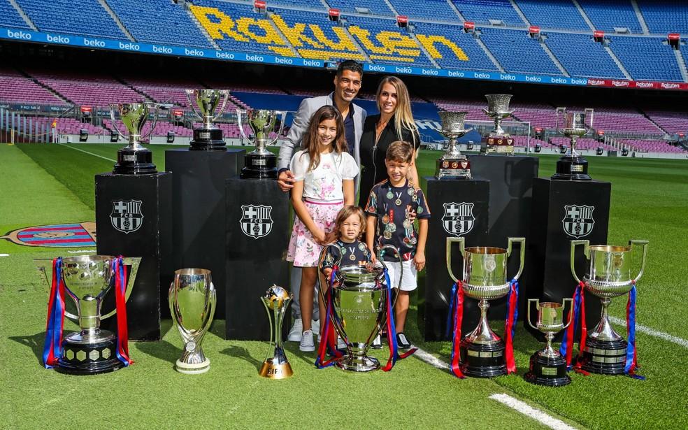 Depois de posar sozinho com taças conquistadas, Suárez bateu sua última foto no Camp Nou ao lado da esposa e filhos  — Foto: Site oficial do Barcelona