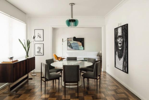 No apê em Porto Alegre, o designer de interiores Sandro Clemes montou a sala de jantar com peças garimpadas em antiquários (Foto: Mariana Boro / Editora Globo)
