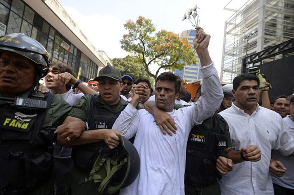 O líder oposicionista venezuelano Leopoldo López é escoltado por membros da Guarda Nacional ao ser preso em Caracas (Foto: Reuters)