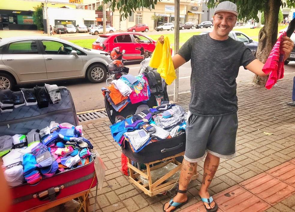 """Paulo é conhecido no centro de Campo Grande pela simpatia e pela tornozeleira: """"Não tenho vergonha, tô trabalhando"""" — Foto: Jaqueline Naujorks/G1MS"""
