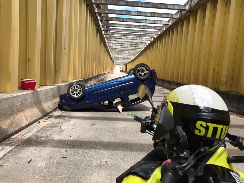 Carro capota e interdita parte do túnel de acesso a avenida Jerônimo Câmara — Foto: Ayrton Freire/Inter TV Cabugi