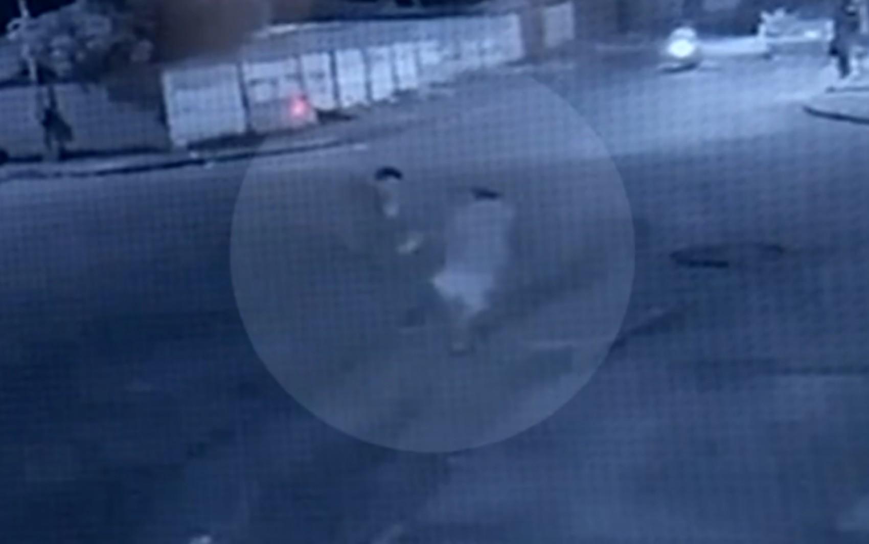 Idoso é agredido com chutes e paulada enquanto caminha por rua de Catalão; vídeo