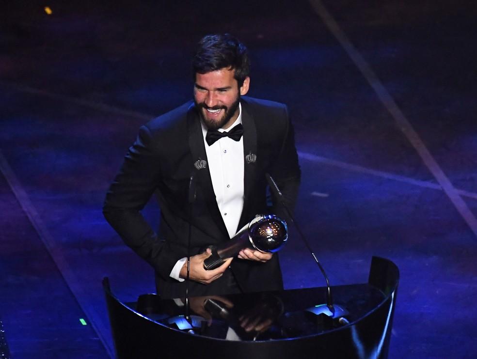 Alisson com o troféu Fifa The Best de melhor goleiro do mundo — Foto: REUTERS/Flavio Lo Scalzo