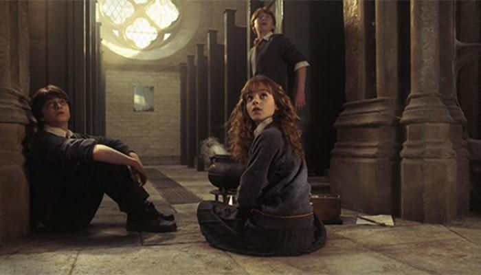 Os personagens principais reunidos em um dos banheiros de Hogwarts (Foto: Reprodução/instagram/pottermore)