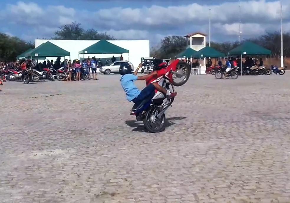 Condutores sem habilitação, motos com documentação atrasada e manobras arriscadas foram as principais irregularidades constatadas quando os policiais chegaram ao evento — Foto: PMRN