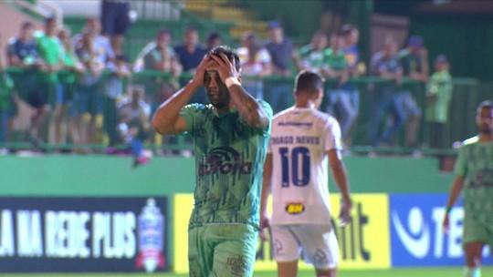 Henrique Almeida tenta golaço, mas manda a bola fora do estádio, literalmente, aos 31' do 1ºT