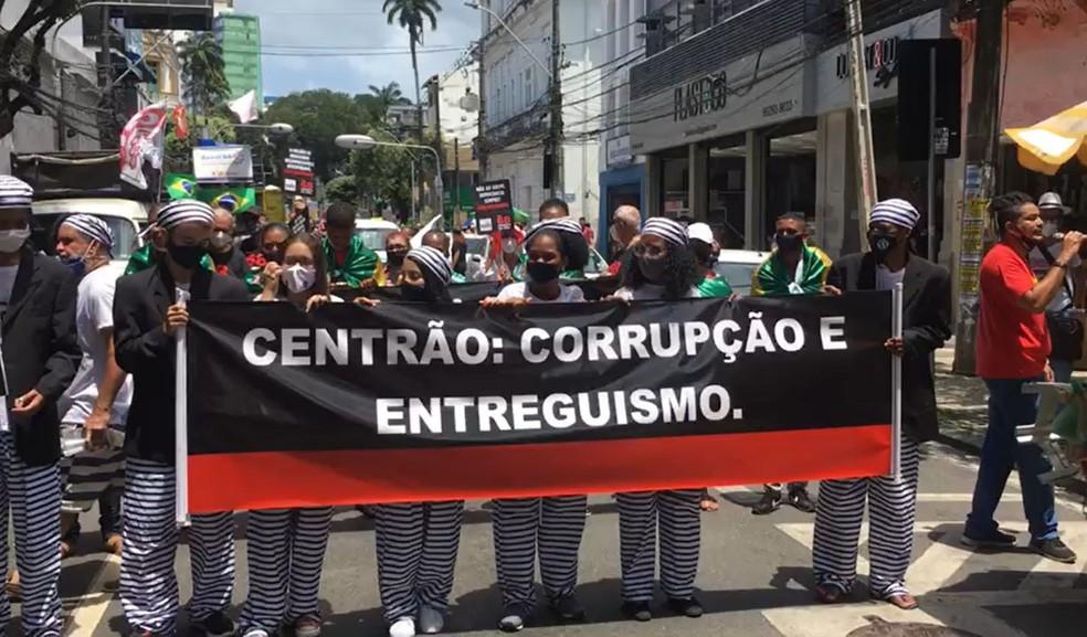 Grupo protesta contra o governo Bolsonaro em Salvador — Foto: Felipe Teles/TV Bahia
