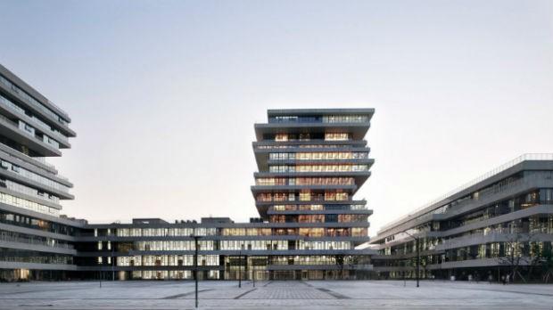 Complexo de univesidades tem prédios com andares escalonados (Foto: Divulgação / WSP Architects )