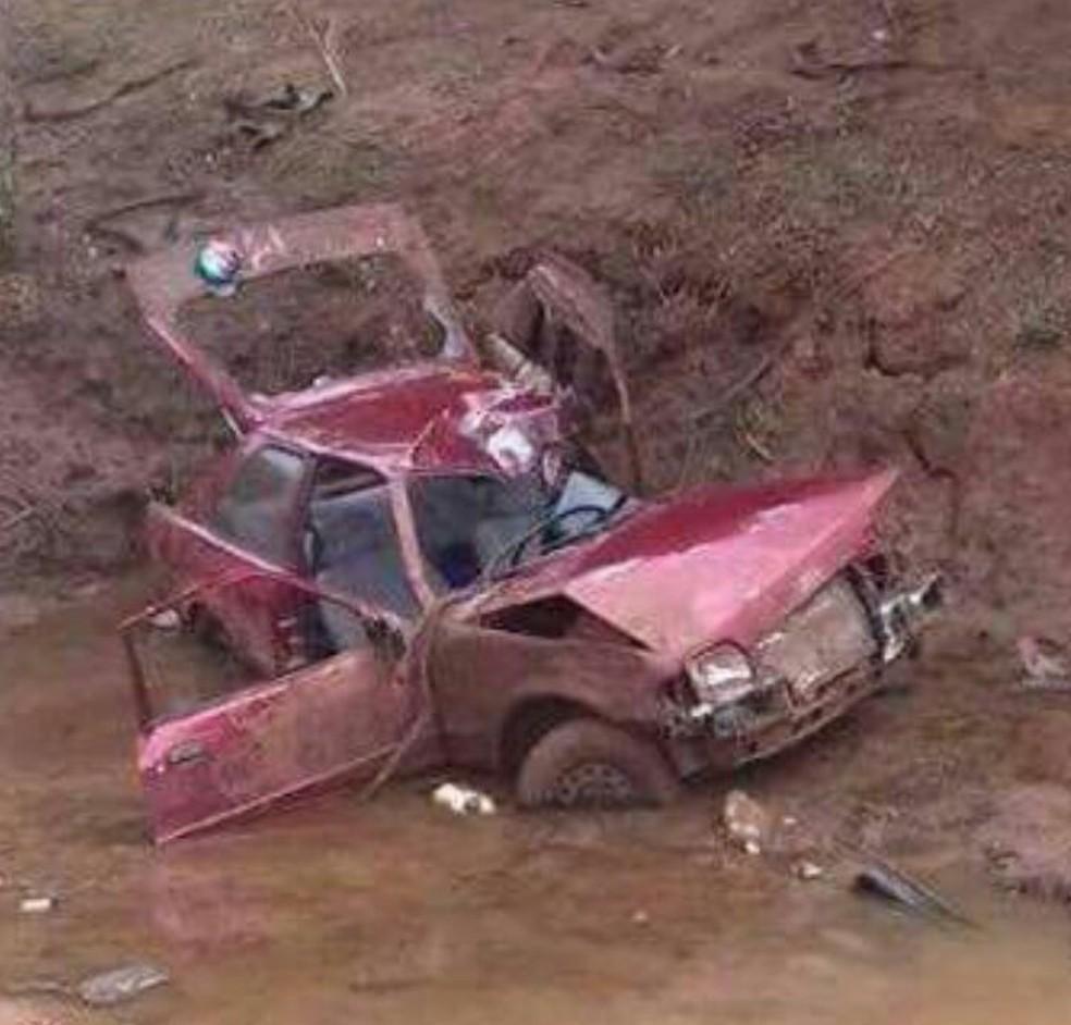 Carro ficou destruído após o acidente  (Foto: Corpo de Bombeiros / Divulgação )