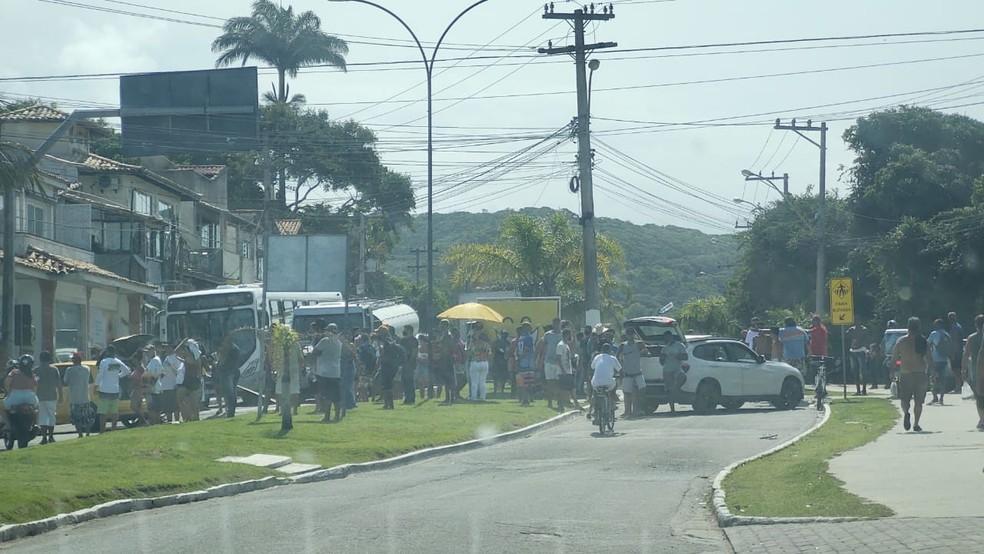 Trabalhadores de Búzios, RJ, fecham acessos ao centro da cidade em protesto contra decisão que impede entrada de turistas — Foto: Paulo Henrique Cardoso/Inter TV