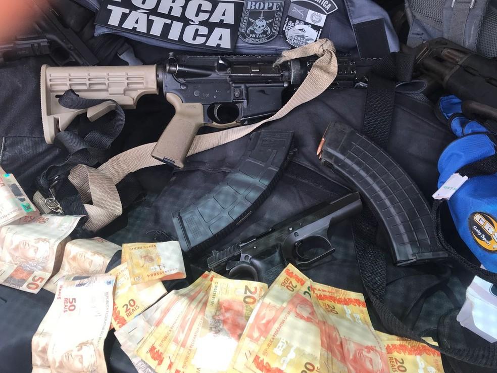 Armas e dinheiros apreendidos pelos policiais foram encaminhados para a delegacia (Foto: PMMT)
