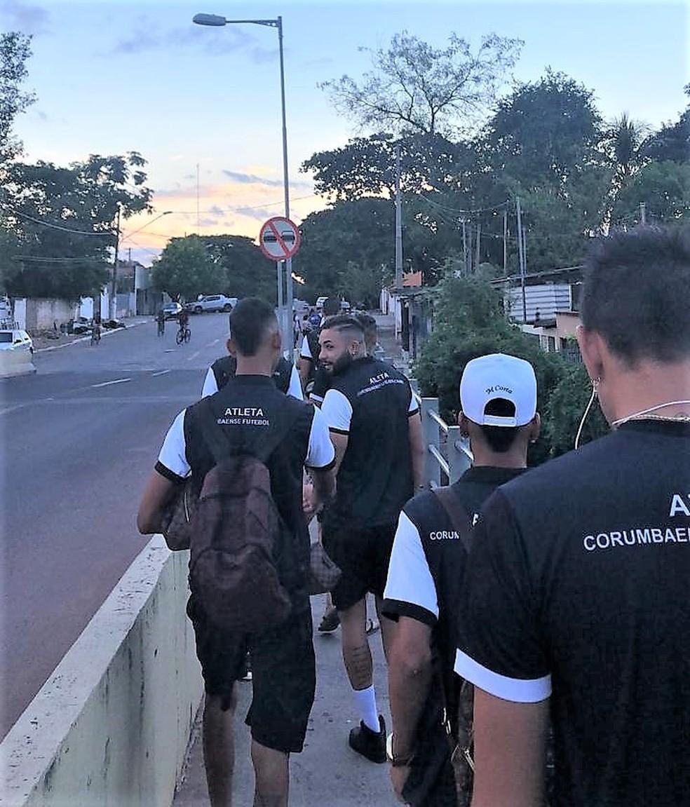 Jogadores do Corumbaense indo a pé para o estádio Arthur Marinho neste sábado (1) — Foto: Redes sociais/Reprodução