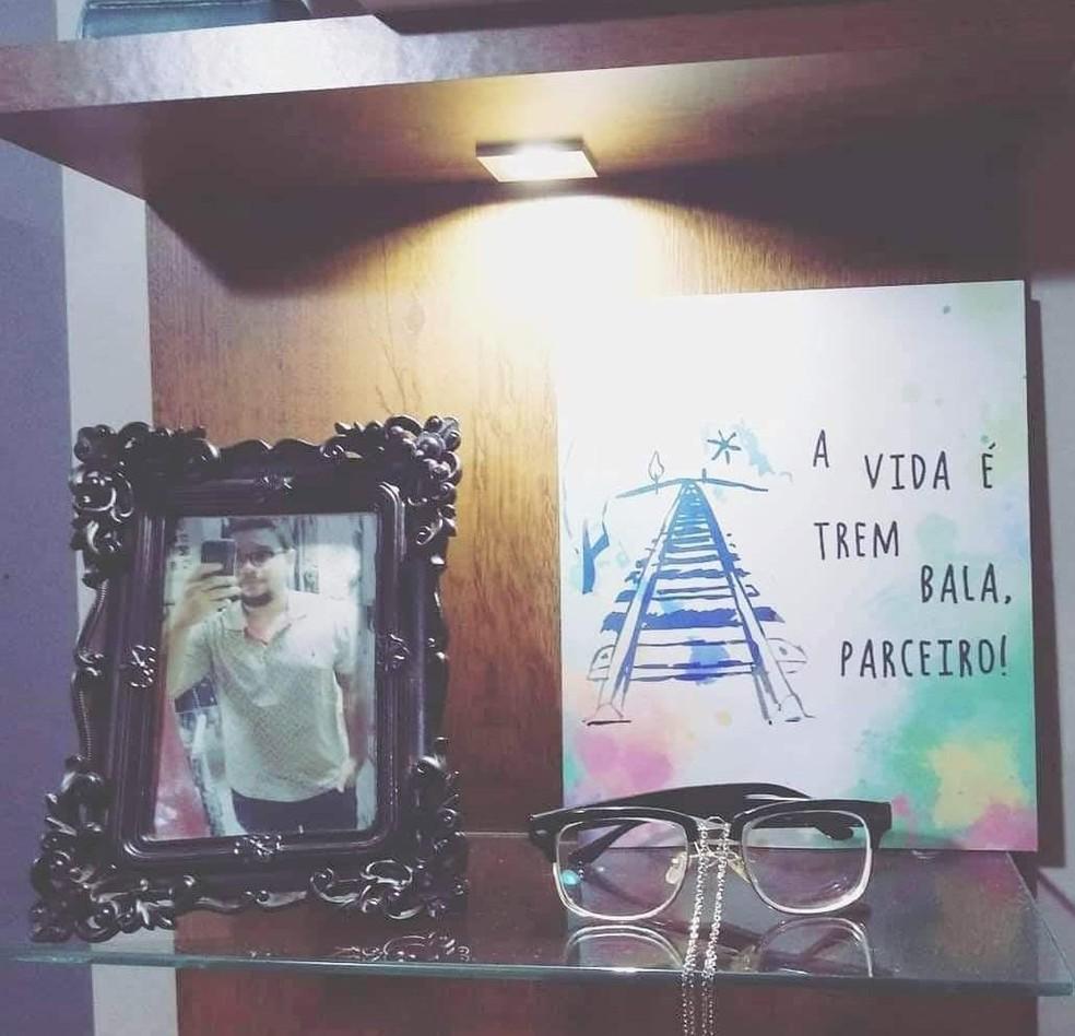 Totolinha retirou do ar redes sociais do filho Lucas, que se suicidou, e guardou poucos objetos pessoais como os óculos e fotos — Foto: Arquivo Pessoal