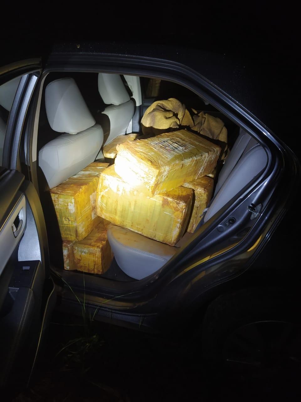 PRF encontra 407 kg de maconha e nove pistolas dentro de carro em Registro, SP