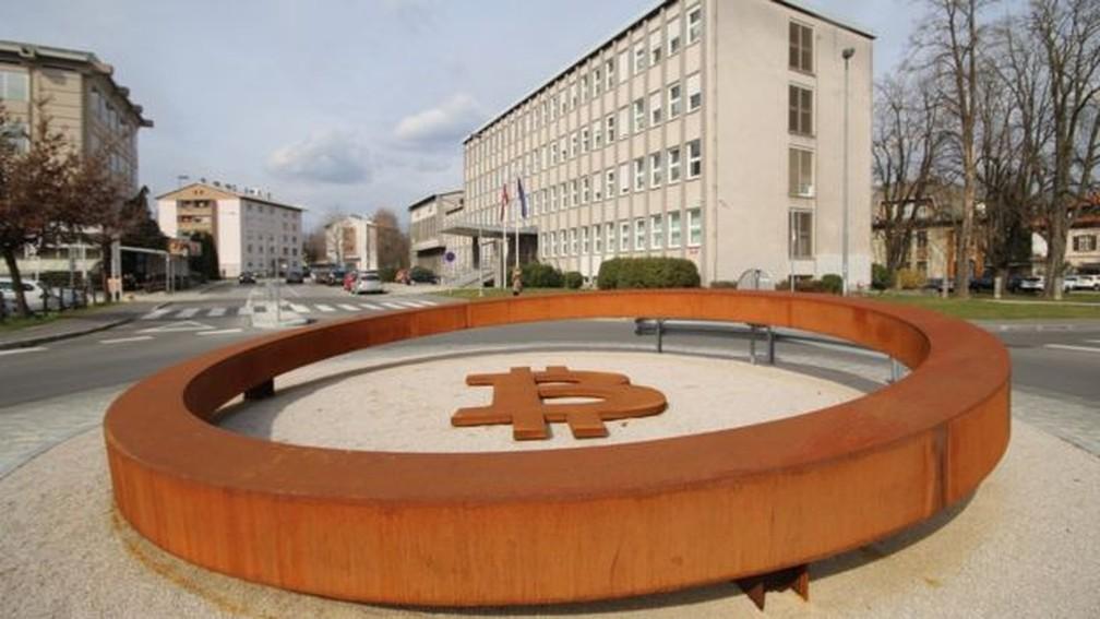 Monumento em homenagem ao bitcoin na cidade de Kranj, norte da Eslovênia — Foto: Edison Veiga / BBC