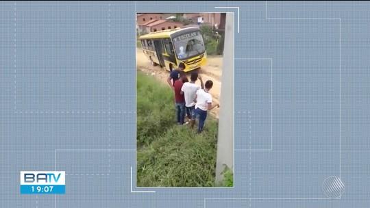VÍDEO: Estudantes pulam de ônibus escolar em movimento após veículo derrapar em ladeira no sul da Bahia