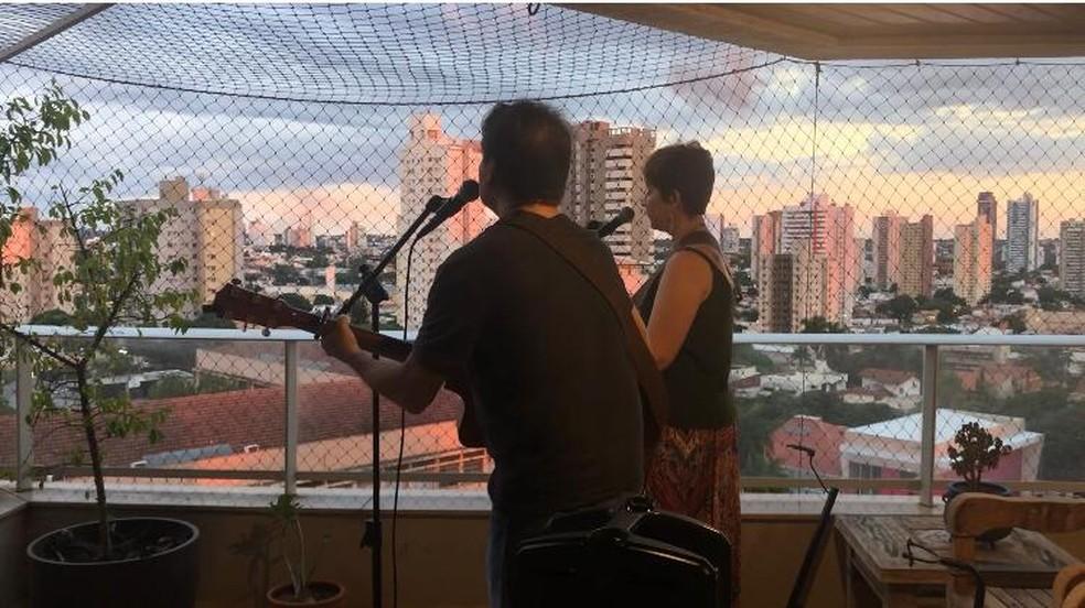 Luis Carlos Colman em show na sacada com a esposa, Ana Paula. Casal tem tocado todo fim de semana, no isolamento em casa. — Foto: Carlos Colman/Arquivo Pessoal