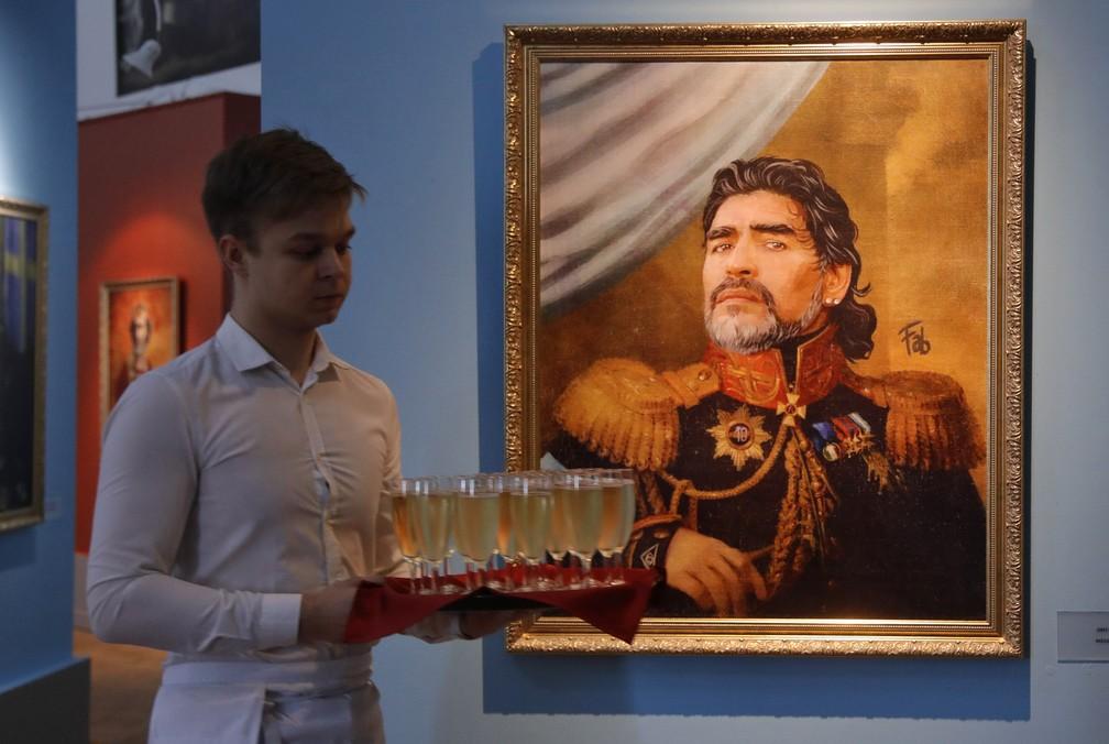 """Retrato do treinador e ex-futebolista argentino Diego Maradona na exposição 'Like the Gods"""" no Museu da Academia Russa de Artes em São Petersburgo (Foto: AP Photo/Dmitri Lovetsky)"""