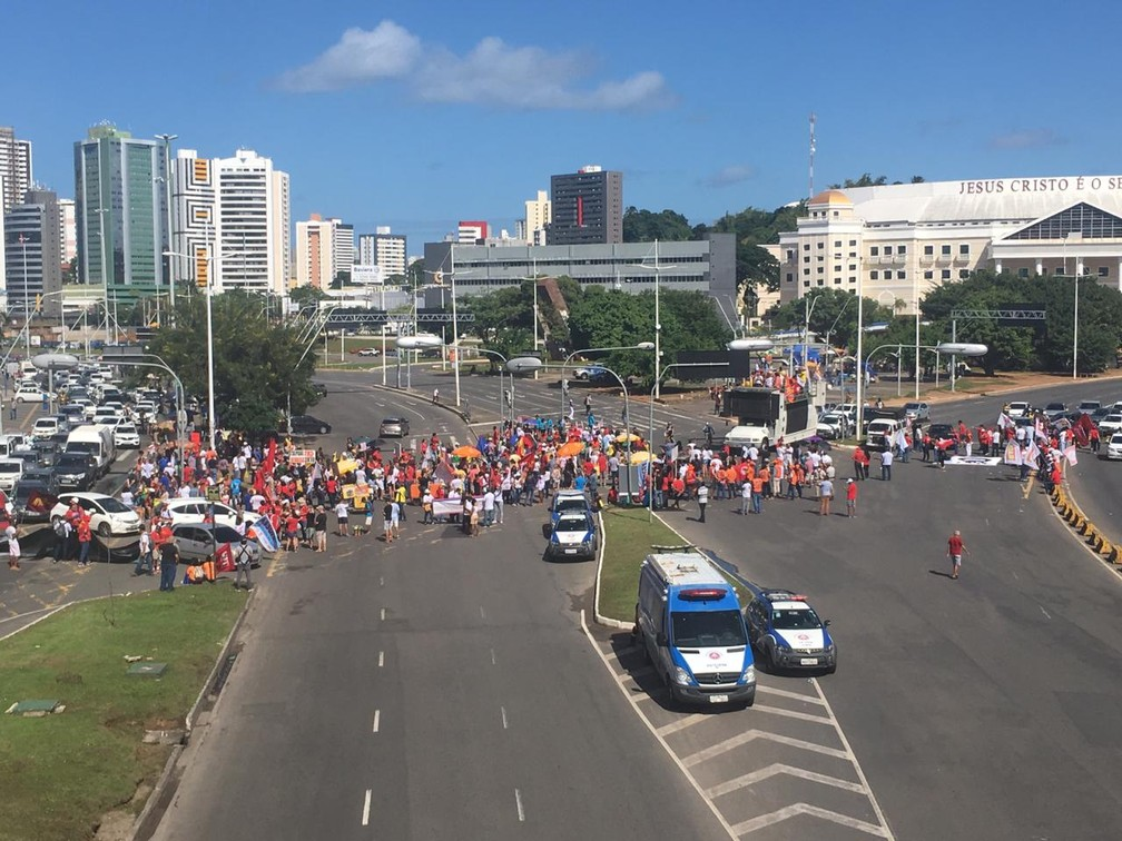SALVADOR, 10h07: Grupos fecham Avenida ACM, na capital baiana — Foto: Phael Fernandes/G1