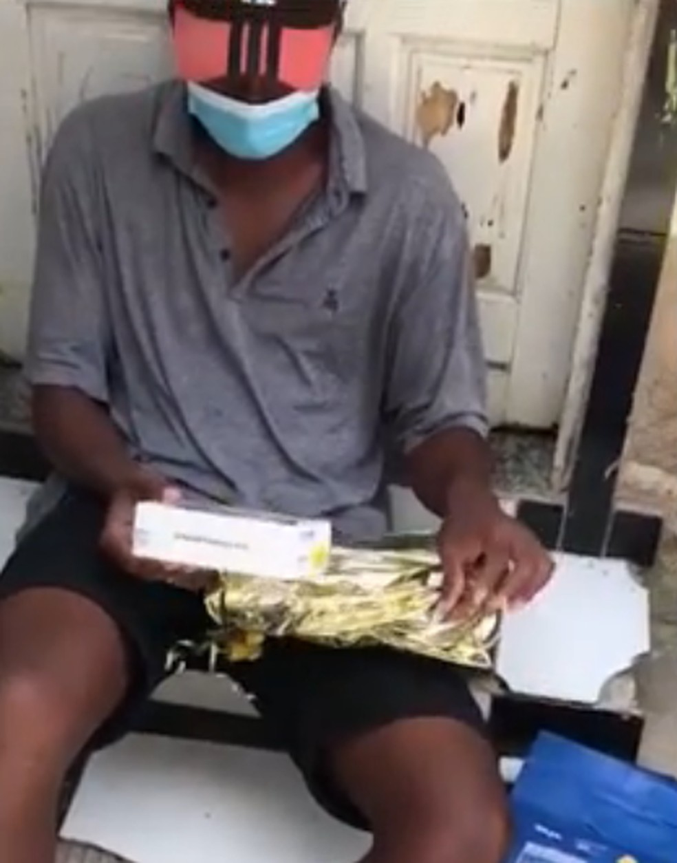 Empresário comovido com a história do vendedor de docinhos de Cabo Frio, RJ, Yago, o presenteou com um celular — Foto: Reprodução/Redes sociais