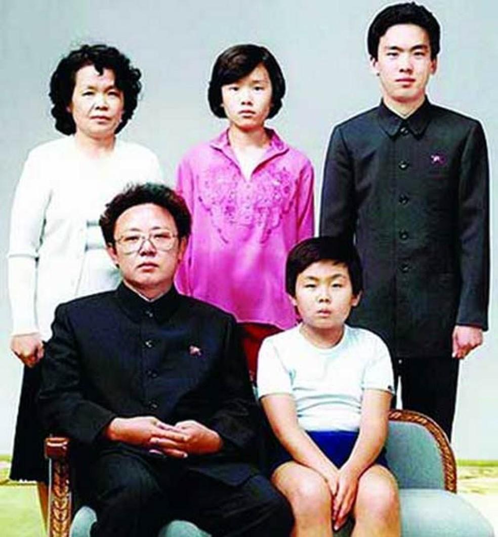 Foto não datada mostra o ditador da Coreia do Norte, Kim Jong-un (dir.), ainda criança sentado ao lado do pai, Kim Jong-il, que então ocupava o poder. Na fileira de trás, a quarta esposa de Jong-il, Kim Ok, a irmã dela, Kim Kyong-hui, e o marido de Kyong- (Foto: AFP/EyePress News/Arquivo)