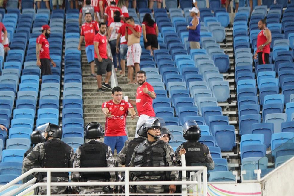 Torcedor tenta conversar com policiais na Arena das Dunas (Foto: Diego Simonetti/Blog do Major)