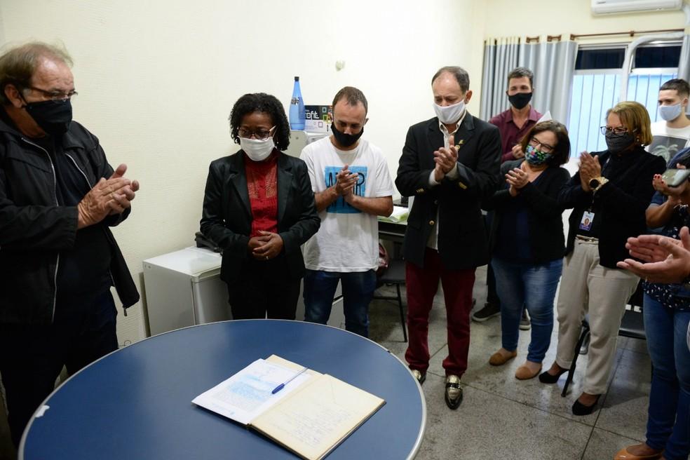 Cerimônia de posse é realizada na Câmara de Barra Mansa. Luis Antônio está à esquerda da foto, de máscara preta — Foto: Felipe Vieira