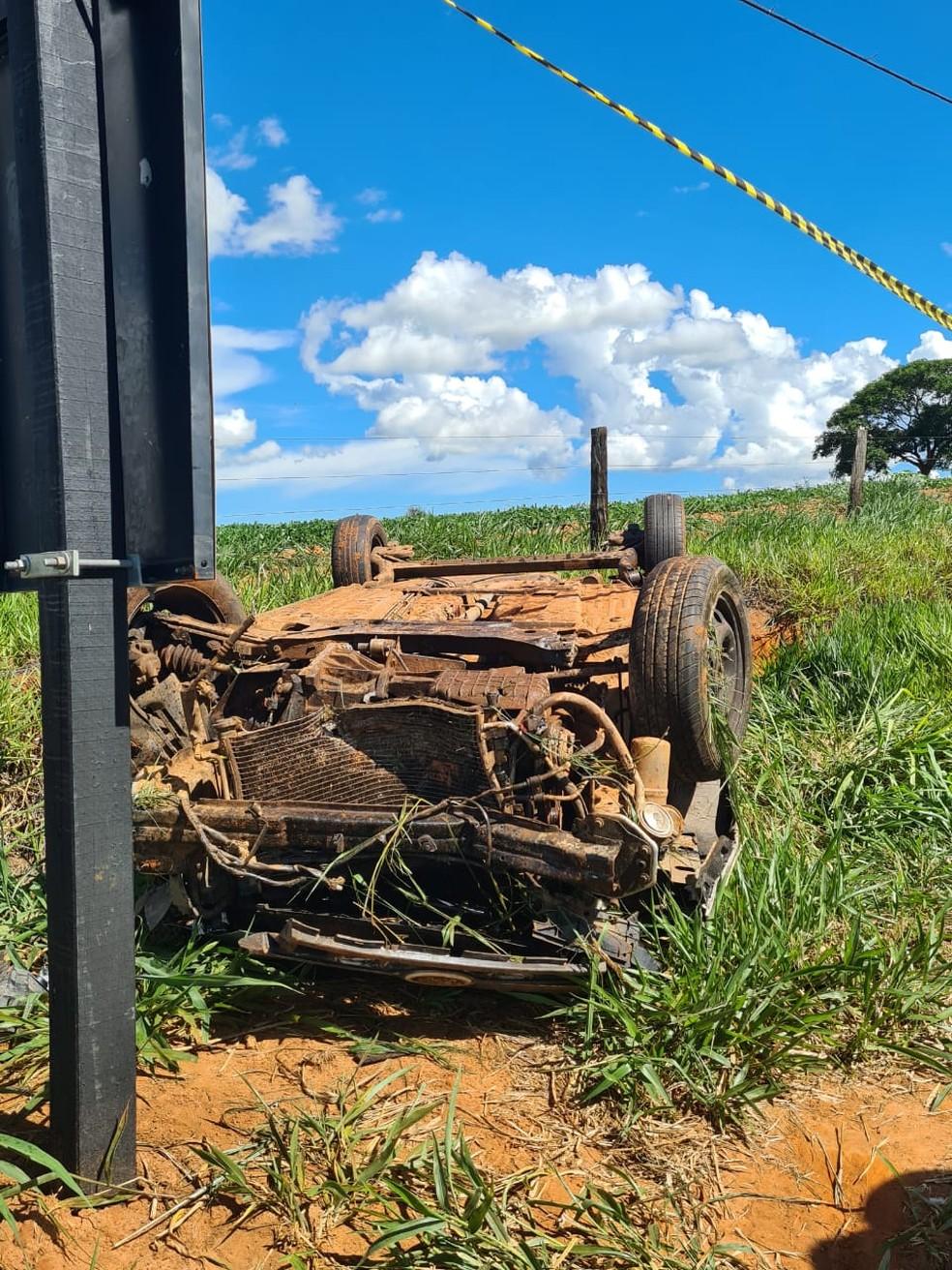 Carro capotou e motorista ficou preso nas ferragens em acidente entre Queiroz e Herculândia — Foto: João Trentini/Divulgação