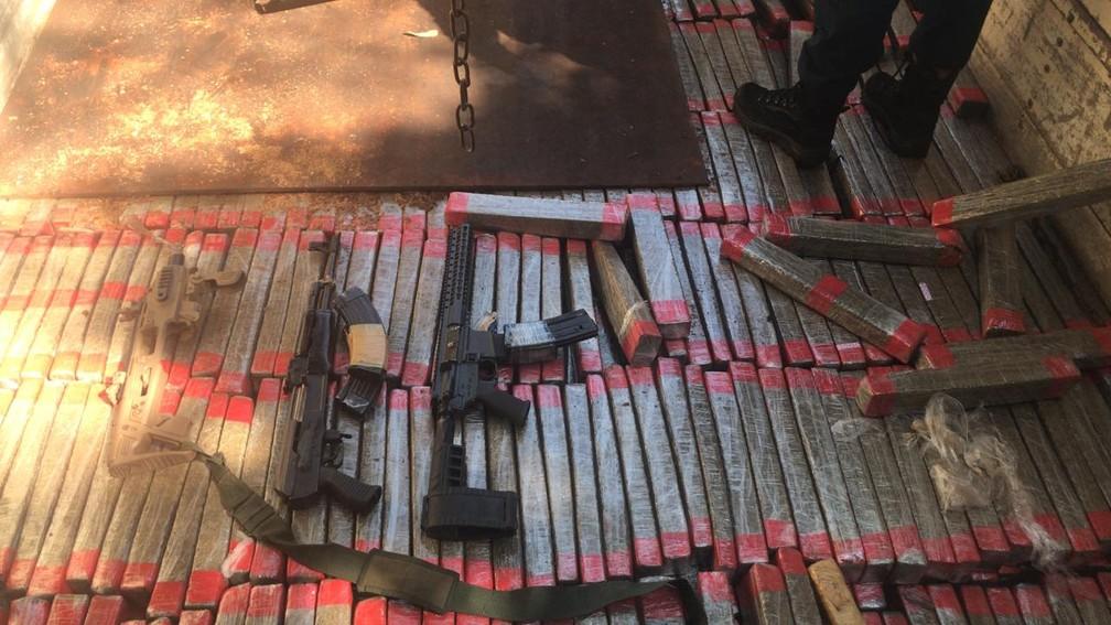 Fuzis e 1,5 tonelada de maconha apreendidos pela polícia em MS  — Foto: PM/Divulgação