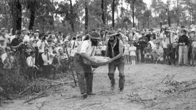 Descendentes dos garimpeiros reencenam o momento em que a pepita é encontrada (Foto: DUNOLLY MUSEUM via BBC News Brasil)