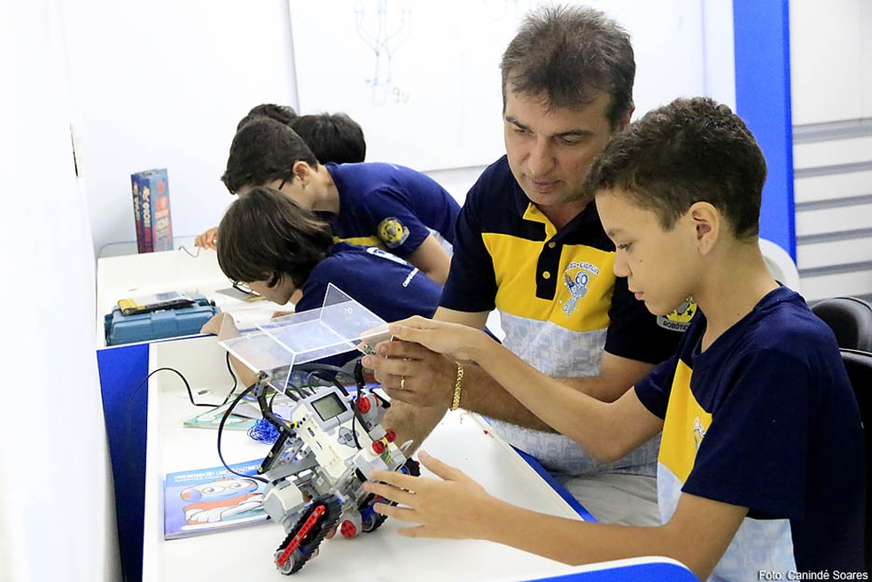 Professor Alexandre Amaral ensina várias disciplinas a partir da montagem de robôs (Foto: Canindé Soares)
