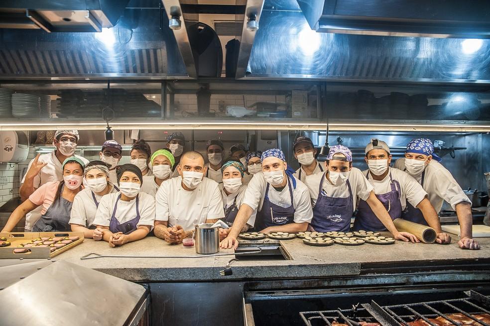 """Equipe que trabalha com Jefferson Rueda e a esposa, Janaína Rueda, no restaurante """"A Casa do Porco"""", no Centro de SP. — Foto: Mauro Holanda/Divulgação"""