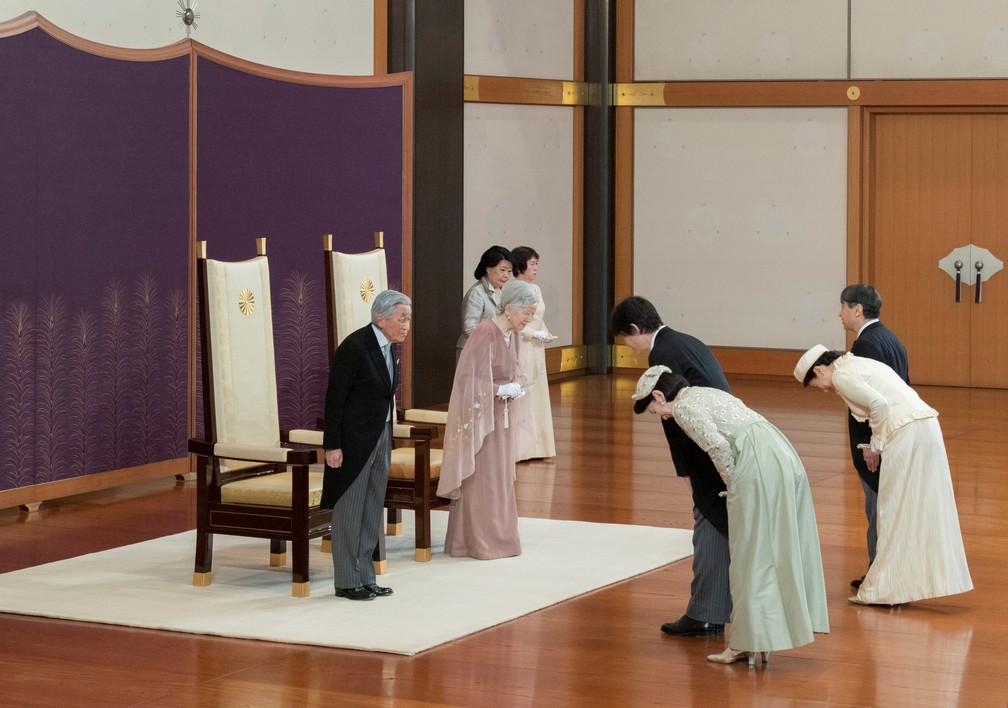 O imperador Akihito e a imperadora Michiko recebem o príncipe herdeiro Naruhito, a princesa herdeira Masako, o príncipe Akishino e a princesa Kiko durante a celebração que marca o 60º aniversário de seu casamento no Palácio Imperial de Tóquio, nesta quarta (10). — Foto: Imperial Household Agency of Japan/Handout via Reuters