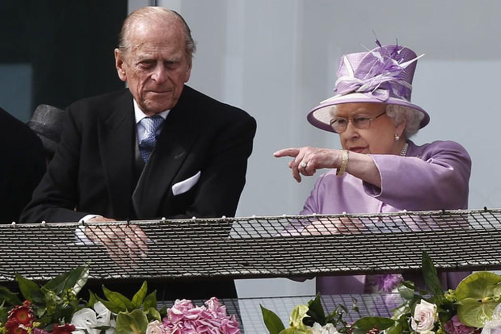O príncipe Philip ao lado da rainha Elizabeth II durante evento esportivo neste sábado (7) — Foto: Sang Tan/AP