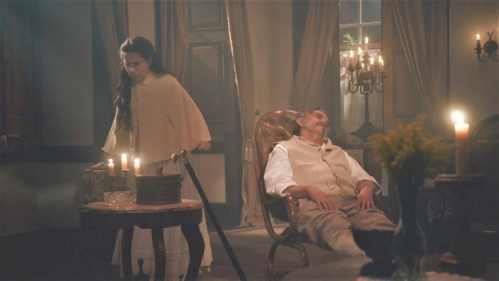 Dolores (Daphne Bozaski) espera Eudoro (José Dumont) dormir para fugir em 'Nos Tempos do Imperador' — Foto: Globo