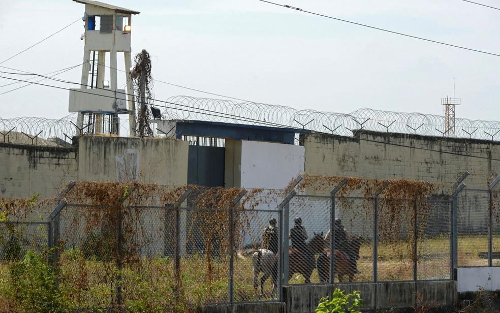 Polícia montada do lado de fora de penitenciária em Guayaquil, no Equador, na quarta-feira (29) — Foto: Fernando Mendez/AFP