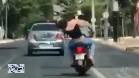 Casal troca socos em cima da moto no meio da rua, em Goiânia; vídeo