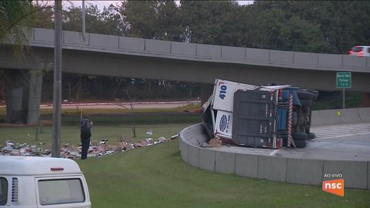 Tombamento de caminhão complica trânsito na entrada de Florianópolis