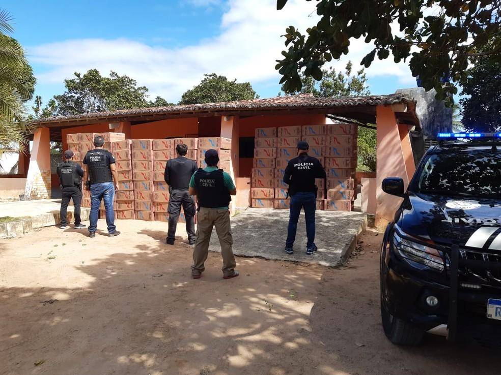 Caixas com cigarros contrabandeados estavam em granja de ex-policial militar na Grande Natal — Foto: PCRN/Divulgação