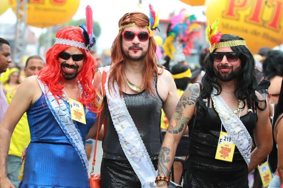 Bloco das Virgens do Bairro Novo reúne foliões fantasiados de mulher no carnaval de Olinda, em Pernambuco (Foto: Marlon Costa/Pernambuco Press)