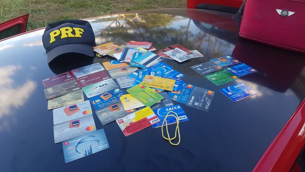 Cartões apreendidos pela Polícia Rodoviária Federal em José Bonifácio — Foto: Divulgação